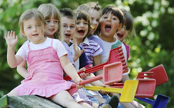 Детская игровая площадка в саду