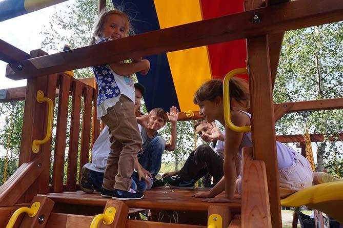Дети всех возрастов играют вместе на Rainbow