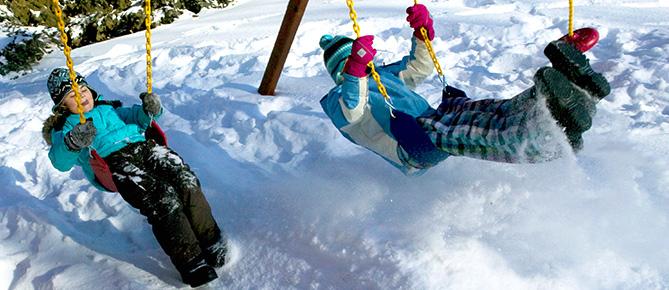 Дети на качелях зимой