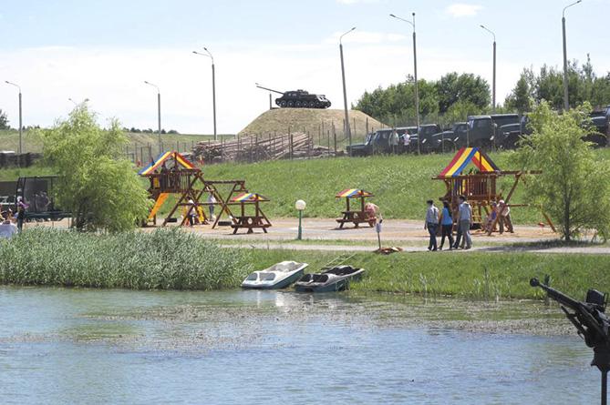 Детская площадка расположилась в очень красивом месте
