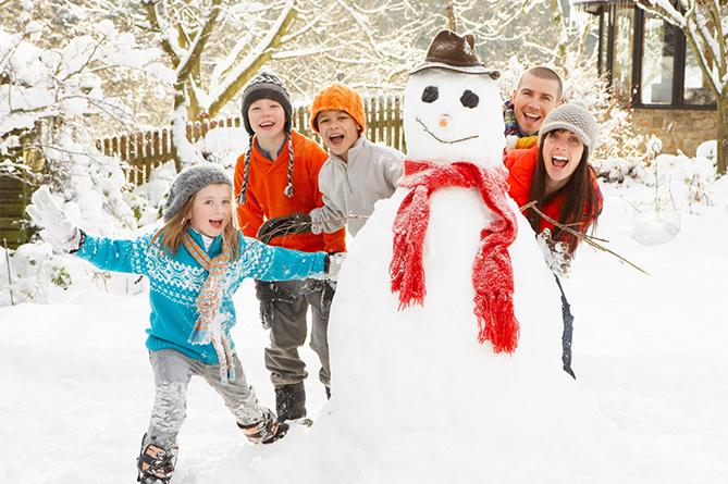Веселый семейных отдых зимой